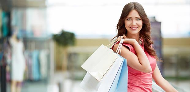 買い物バッグを持つ女性